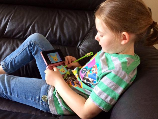 Bambina gioca a Pokemon Draw